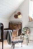 Kinderbett im Vintagestil aus Metall unter der Dachschräge