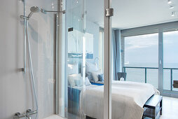 Double bed, terrace doors with sea view and ensuite bathroom in bedroom