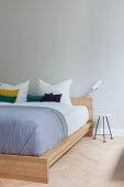Doppelbett aus Holz im Altbau-Schlafzimmer