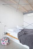 Modern houseboat: simple bedroom