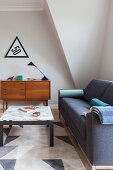 Couchtisch mit Marmorplatte, Polstersofa und Sideboard im Wohnzimmer