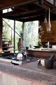 Wasserkocher auf dem Gasherd in rustikaler Küche in Erdfarben