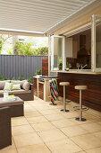 Überdachte Terrasse mit Bar zur Küche
