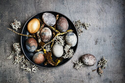 Mit Traubensaft gefärbte Ostereier