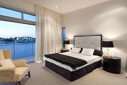 Klassisches Schlafzimmer mit Blick aufs Meer