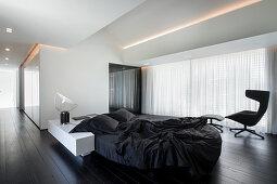 Minimalistischer Schlafraum in Schwarz und Weiß mit Designermöbeln