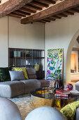 Mediterranes Wohnzimmer mit moderner Sofalandschaft