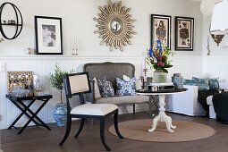 Classic, eclectic living room in contrasting black and white