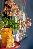 Zimmerpflanze und Tierdeko auf rundem Beistelltisch