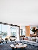 Modernes Wohnzimmer in Naturtönen mit Panoramablick