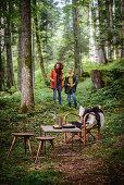 Ein Mädchen und eine Frau beim herbstlichen Picknick im Wald