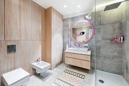 Modernes Bad mit Holzverkleidung und eckiger Keramik