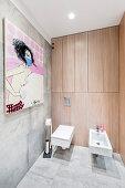 Modernes Gemälde im Bad mit eingebauten Wandschränken