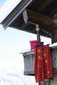 Kissen und Decke folkloristisch dekoriert mit verschiedenen Filzmotiven
