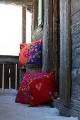 Farbenfrohe Zierkissen folkloristisch dekoriert mit verschiedenen Filzmotiven