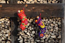 DIY-Nikolausstiefel dekoriert mit farbenfrohen Filzmotiven