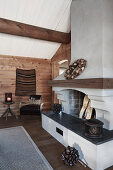 Offener Kamin im rustikalen Holzhaus