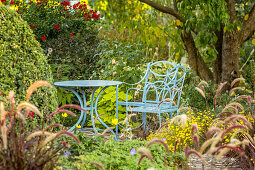 Seat with blue painted garden furniture (Kreislehrgarten, Steinfurt, Germany)