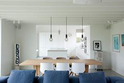 Moderner offener Wohnraum mit Durchgang zur Küche