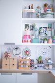 Offenes Regal über Arbeitsplatte in weißer Küche