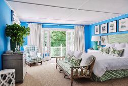 Schlafzimmer in Blau, Weiß und Grün mit floraler Dekoration