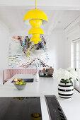 Gelbe Klassikerlampen über weißer Kücheninsel