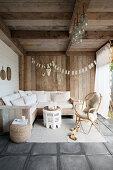 Boho-Lounge in der rustikalen Loggia mit Holzwänden