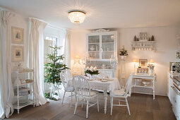 Festively decorated, shabby-chic kitchen-dining room