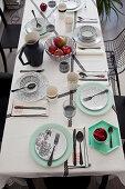 Gedeckter Tisch in Schwarz, Weiß und Mintgrün