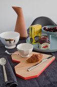 Frühstücksgedeck mit herzförmigem Holzbrett
