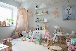 Spielecke mit Baldachin, Tisch und Stühlchen in pastellfarbenem Mädchenzimmer