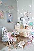Teatime der Stofftiere in pastellfarbenem Mädchenzimmer