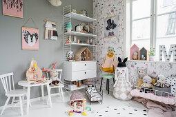 Üppig dekoriertes Kinderzimmer in Grautönen im Vintage-Style
