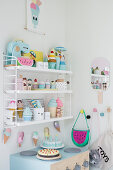 Designerregal in der Spielküche in Pastellfarben im Kinderzimmer