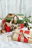 Weihnachtlich verpackte Geschenke mit Bändern und Anhängern