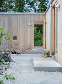 Modern wood-clad bungalow with courtyard garden