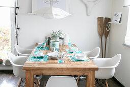Selbstgemachte Sets auf dem Holztisch im sommerlichen Esszimmer