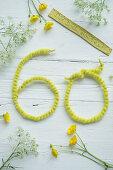 Wiesenkerbel, Hahnenfuß und Zahl 60 aus Draht mit Filzband umwickelt