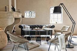 Wohnzimmer mit verschiedenen SItzmöbeln, Beistelltischen und Kamin