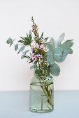 Kleiner Strauß aus Eukalyptus, Mannstreu und Waxflower