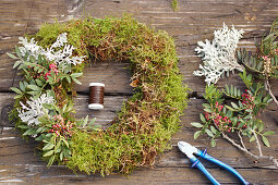 Tie a wreath of wild pistachio and silver leaves on moss