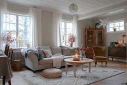 Cosy, granny-chic living room with wintry decorations