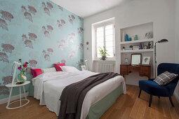 Hellblau geblümte Tapete im klassischen Schlafzimmer