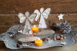 Selbstgemachte Engel aus Draht, Notenpapier, Buchseiten und Holz