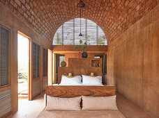 Simple bedroom with vaulted ceiling in Casa Volta