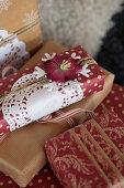 Weihnachtsverpackungen in Rot und Gold und mit Tortenpapier