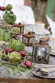 Vintage Laternen, rote Zwiebeln und Wirsingköpfe als Tischdekoration