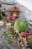 Rote Zwiebeln und Wirsingköpfe als Tischdekoration