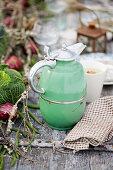 Grüne Vintage Thermoskanne auf Gartentisch