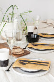 Gedeckter Tisch mit Gräsern dekoriert